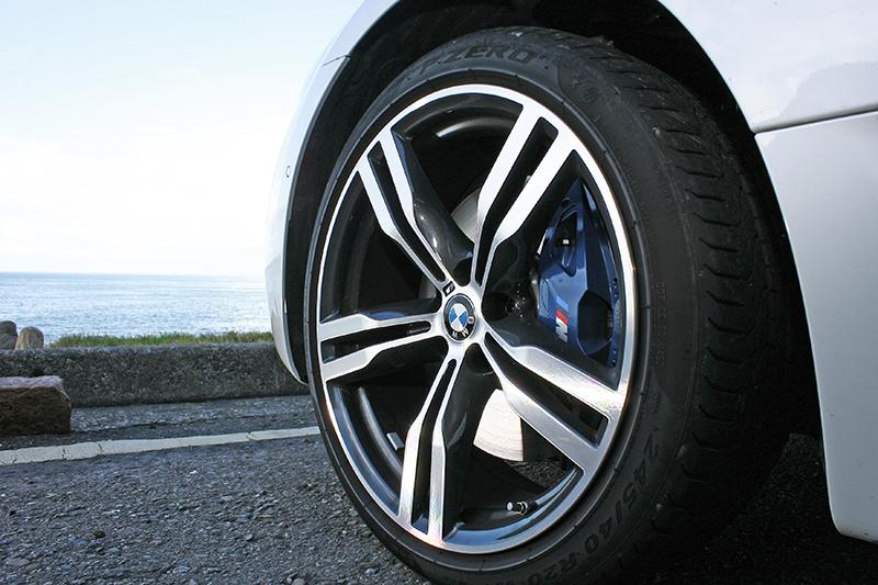 試駕車選上了20吋M款鋁圈。