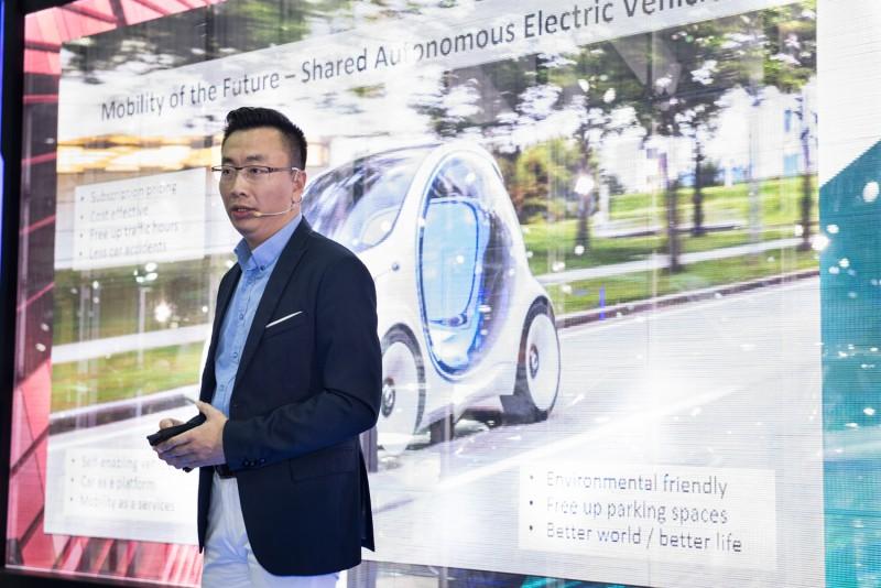 【Mercedes-Benz Future Talks未來論壇 - 互聯移動新想像】由台灣IBM全球企業諮詢服務事業群合夥人吳建宏先生擔任專題講者,以精彩案例分享聯網世代的移動新趨勢。