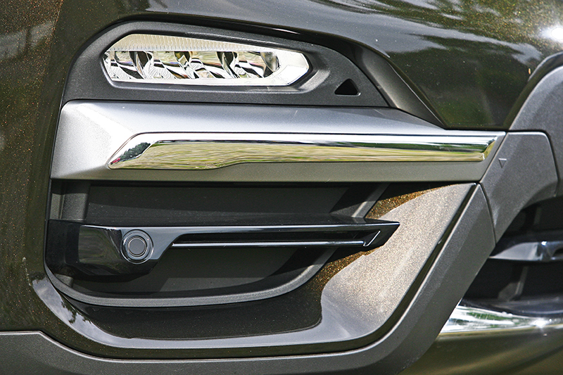 前氣壩透過更複雜的線條與多材質組合,帶來華麗視覺風貌。