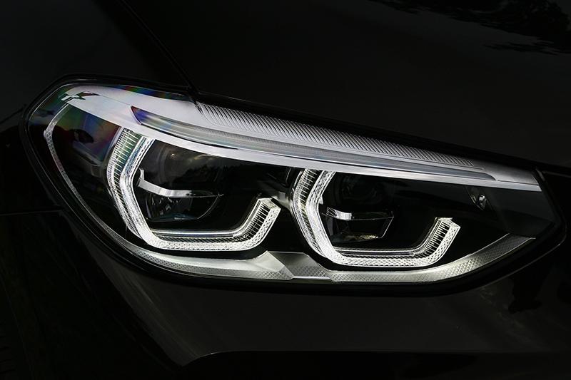 在X3 xDrive30i運動豪華版上LED主動轉向式頭燈是標準配備。