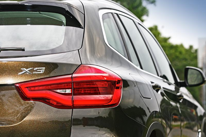 無論細節或是車身輪廓,全新世代X3依舊教人一眼即知身份。