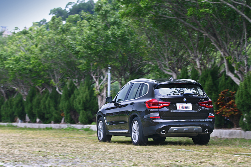 聰明的xDrive四驅系統配上看似高大實卻恰如其分的重心,怎麼彎都帶來超越一般SUV想像的轉向反應。