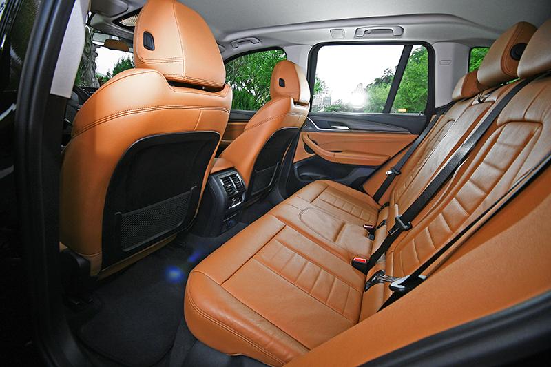 2864mm的軸距帶來寬裕的乘坐空間,絕大多數身材成員都能舒適入座。