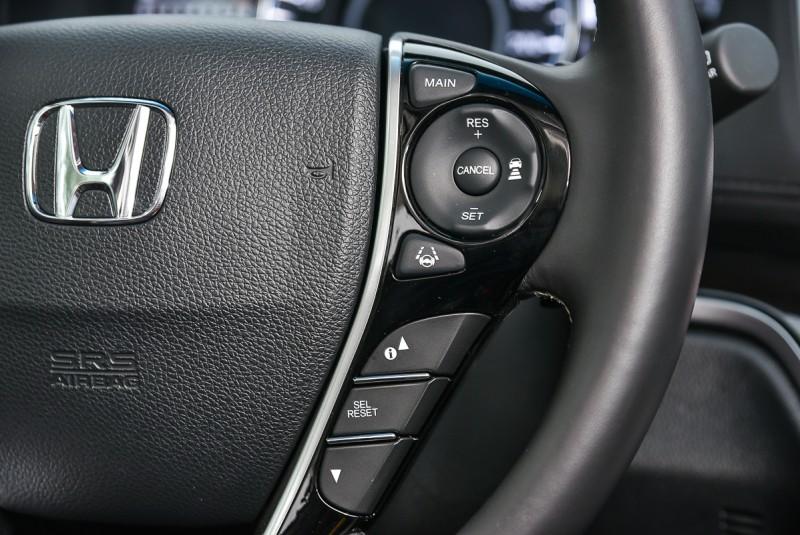 ACC與車道維持/道路偏移等系統由方向盤右邊按鍵控制