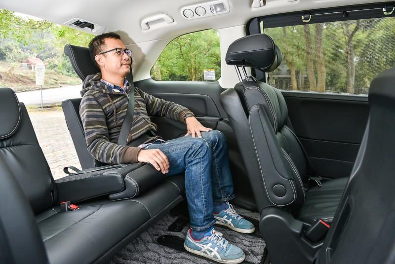 第三排座椅擁有與一般房車等同甚至更出色的乘坐條件,就算坐進成年男子也不擁擠憋扭。