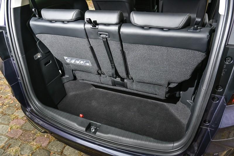 第三排座椅的收折位置也是加深的置物空間