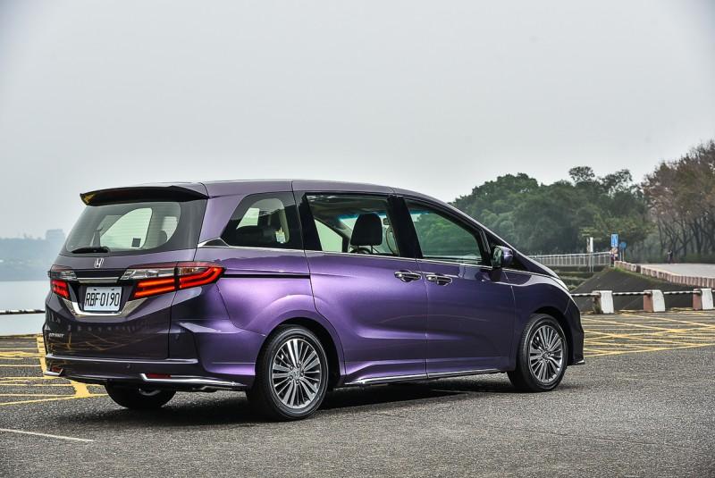 「密境紫」透過不同角度能呈現出由紫到藍多重色彩
