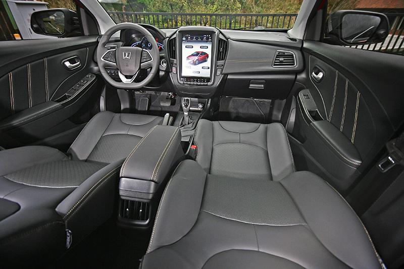 車室內最大亮點在於高階車款中央螢幕改以12吋直立式設計。