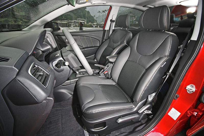 座椅增添低反發泡棉材質,實際乘坐更加舒適貼身。