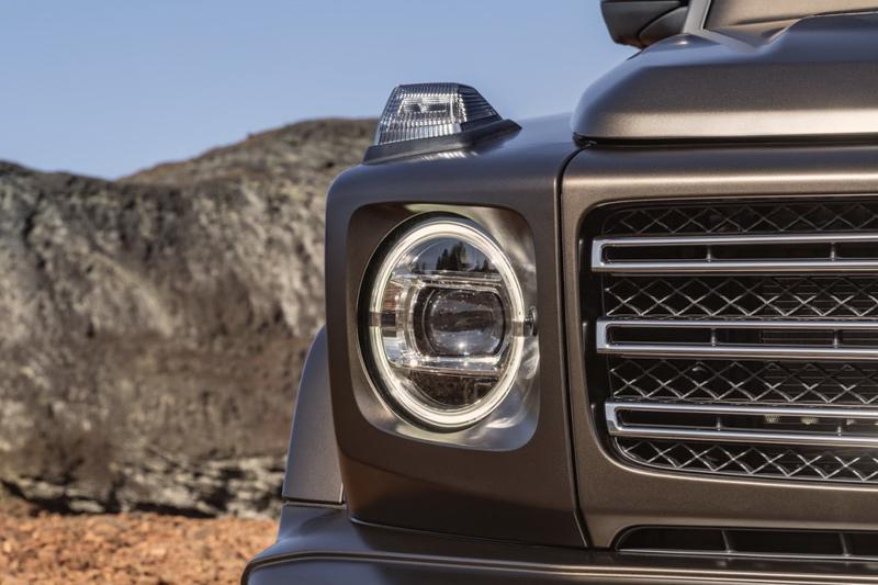 內有LED晝行燈的圓形頭燈搭配蔚為品牌家族特色的三橫柵式水箱護罩,讓全新G-Class稍添時代新意。