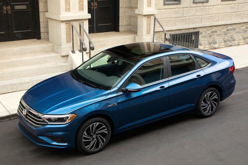 外觀上,Volkswagen利用大量的折線與鍍鉻飾條營造出跨越等級的雍容與奢華感。
