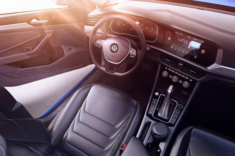 Active Info Display數位儀錶、中控觸控大螢幕以及簡潔富質感的內裝線條,再三強調時尚歐化的駕乘感受。