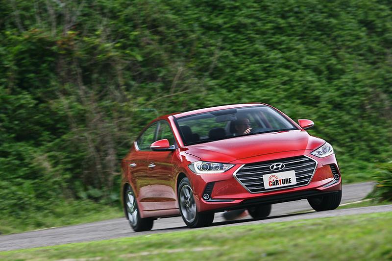 國產中型房車定位,64.9萬元就配備六氣囊與ESC的Hyundai Elantra,也該為它拍拍手鼓勵鼓勵。