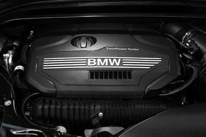 位居車系頂峰的X1 sDrive20i則將2.0升渦輪增壓引擎橫置擺放,並微幅提升至5000轉下的192hp以及1250轉的28.5kg-m。