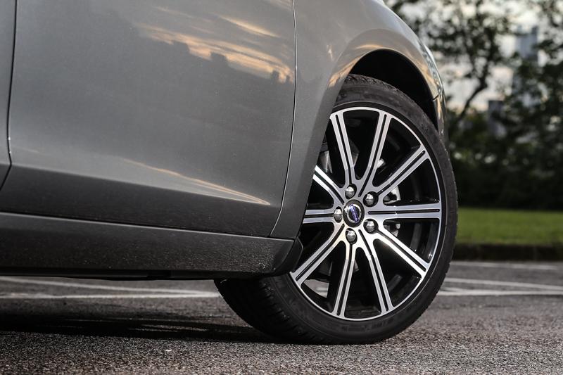安全旗艦版採用了235/40R18的胎圈規格,但卻不會為車室內帶來不適的彈跳感。