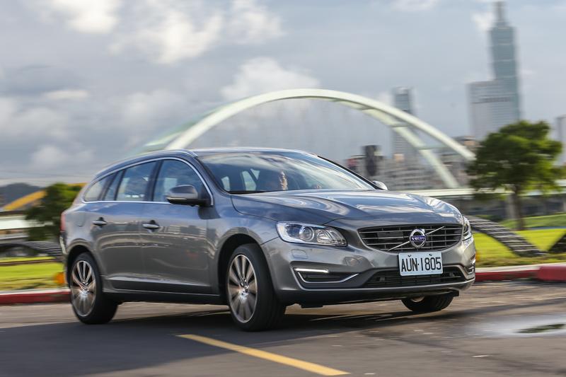 Q感十足的懸吊反應,撫平了多數來自台北市道路的不平震動,且仍保有多數人喜愛Volvo的紮實歐系質感。