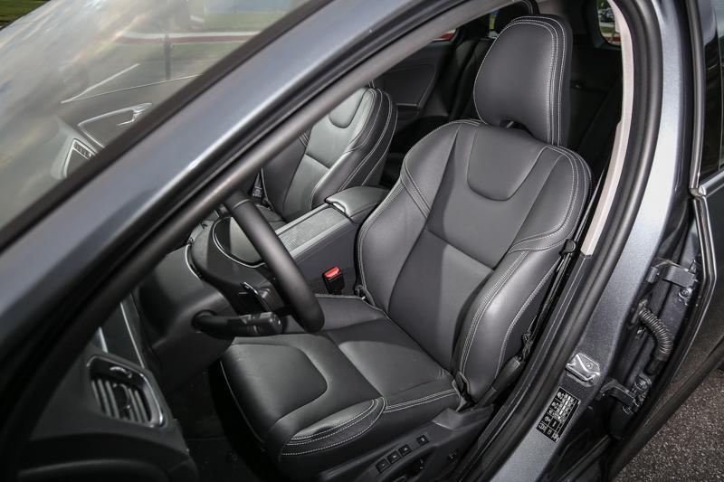 配備真皮跑車座椅,包覆性與支撐度一流。