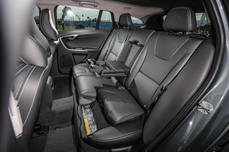 後座也配備有中央扶手、後座兩段收覆式兒童安全座墊、後座外側 ISO FIX兒童座椅固定系統等配備。