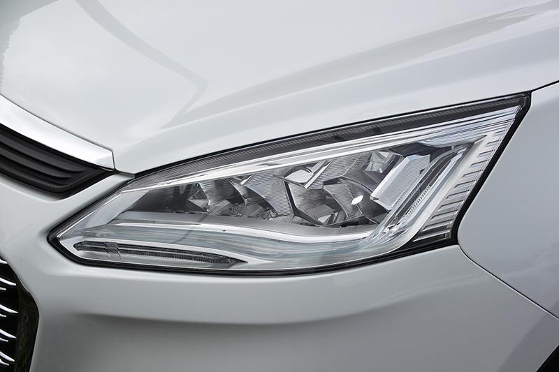 頭燈內容與改款前不同,全車系都具備LED日行燈。