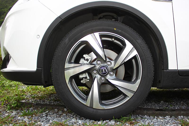 鋁圈形式有所改變,最入門為17吋,試駕車則為18吋,到了GT220更配上Rays的19吋鍛造。