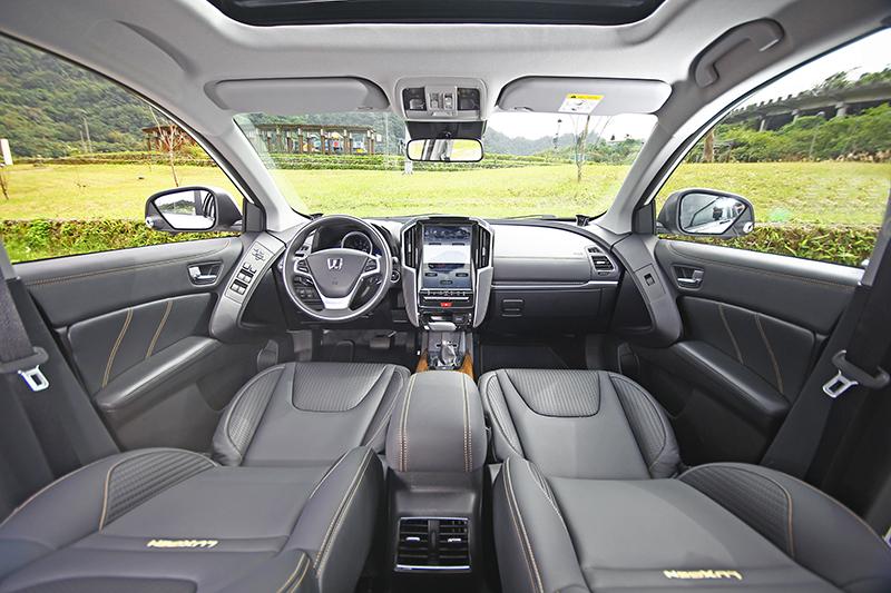 在透過用料與細節的進化後,U6 GT的車室氛圍再度獲得有感提升。