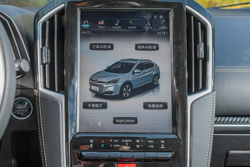 透過12吋直立式觸控螢幕介面,可輕鬆控制車內一切科技功能與配備。
