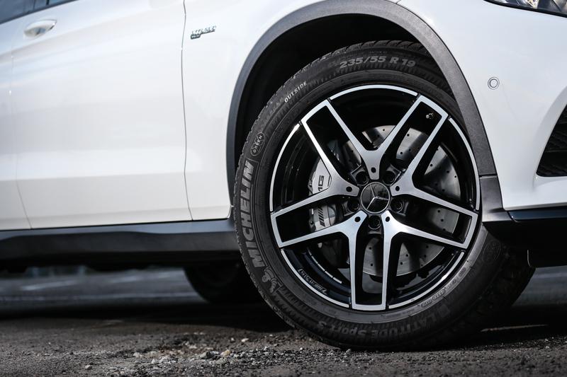 試駕車款沒有採取標配的20吋胎圈規格,而是僅採用GLC250 4Matic的19吋胎圈尺碼,帶來了較為舒適的行路性。