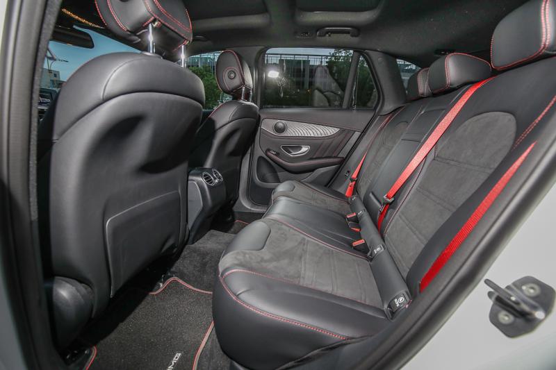 座艙內以霧面黑色梣木飾板、平底跑車方向盤、跑車座椅、紅色安全帶等設計營造熱血基因。