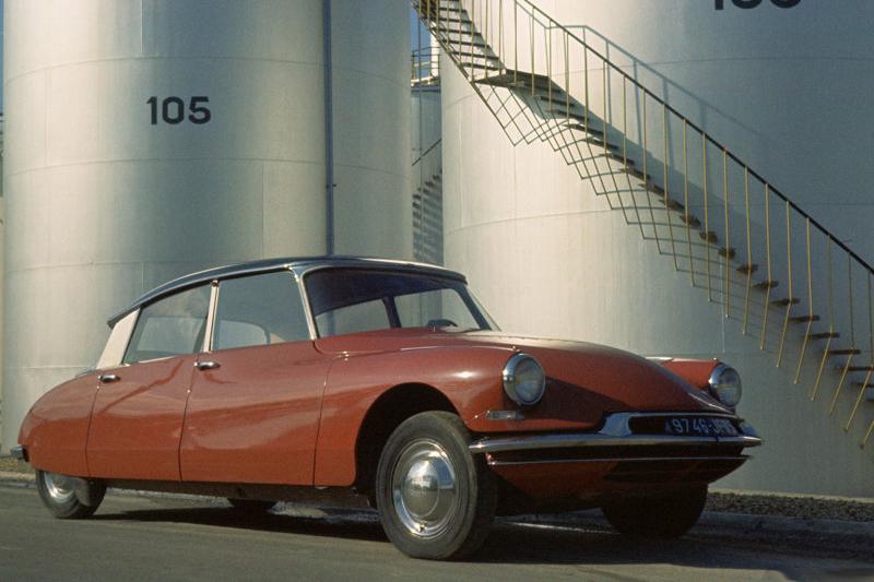 1955年發表的Citroen DS,簡直是極致浪漫設計的總成。