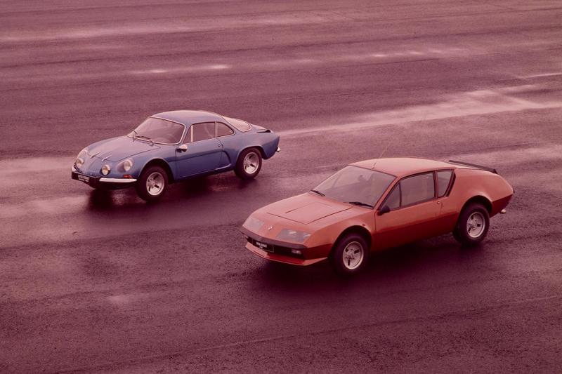 Renault與Alpine合作的A110(後方藍車)以及A310(前方紅車)也堪稱法系跑車經典代表作,不過即使後繼車研發彷彿箭在弦上,上市時程卻依舊沒有下文。