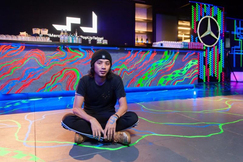 壁畫創作者紀人豪耗費三天時間,進駐MercedesBenz概念館,用螢光漆作畫打造最炫麗落幕秀。