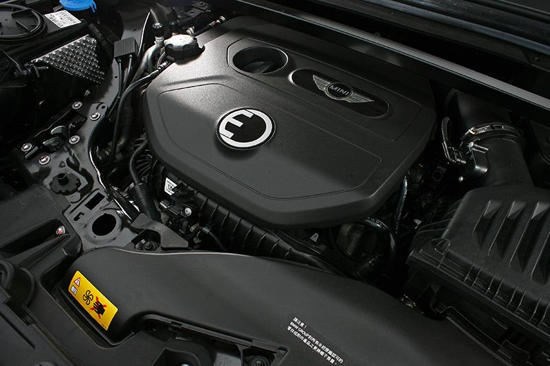 內燃機採取Cooper的那具1.5升直三渦輪增壓引擎本體,最大可單獨輸出136hp與16.8kg-m動力。