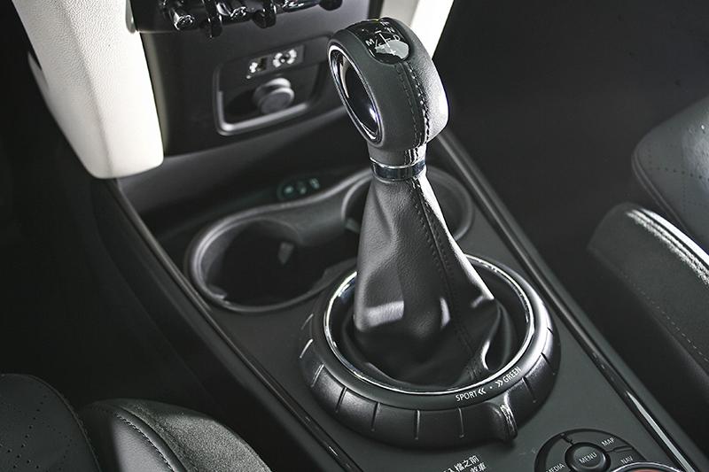 變速系統為六速自排,基座後方則為駕馭模式控鍵。