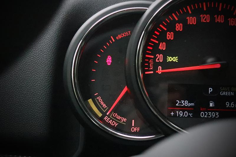 駕駛者可由時速表旁(原本轉速表位置)觀察目前行駛狀態。