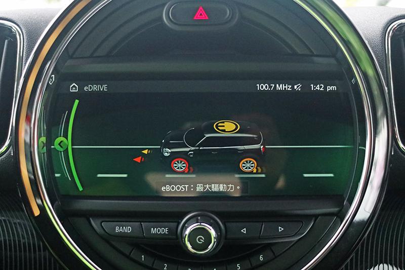 中控台顯示幕也會提供驅動資訊供駕駛者參考。