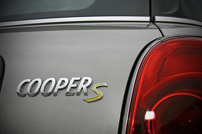前後一樣貼上Cooper S銘牌,不過「S」字標為專屬的黃綠色。