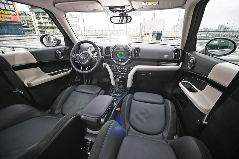 拉遠看座艙維持一貫Mini調調,既富個性也保有一定程度的好質感。