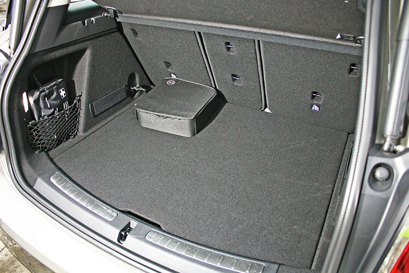 行李廂空間較一般Countryman略小,一般狀態為405公升,椅背全放倒則可擴充至1275公升,裡頭的黑色方形包包則是充電線。