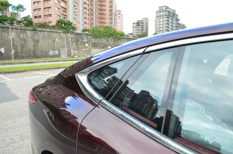 由前向後蜷縮的後三角窗,以及向後延伸的車頂線條建構出如四門GT跑車般的尾部弧線