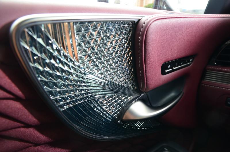 車門處採精緻的Kiriko玻璃飾板與摺紙般的編織布料呈現出滿滿的東洋風情