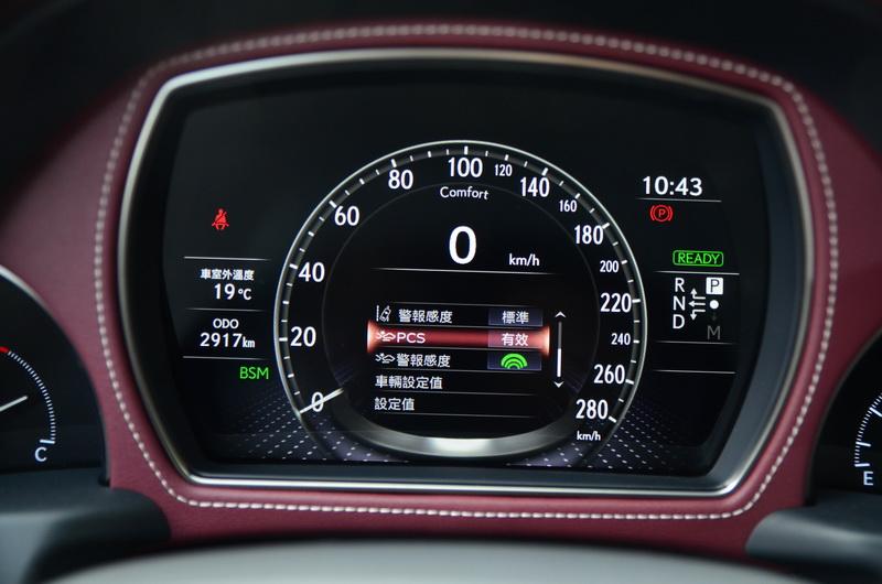 雖未使用大尺寸面板凸顯規格,但清楚的功能顯示與車行數據倒也顯得簡單明瞭