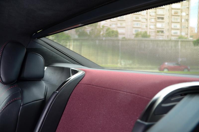 後擋風玻璃遮陽簾也可藉由觸控面板進行操作