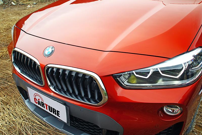 車頭與其他BMW有點像又不會太像,下方的大面積銀灰色飾板是其亮點。