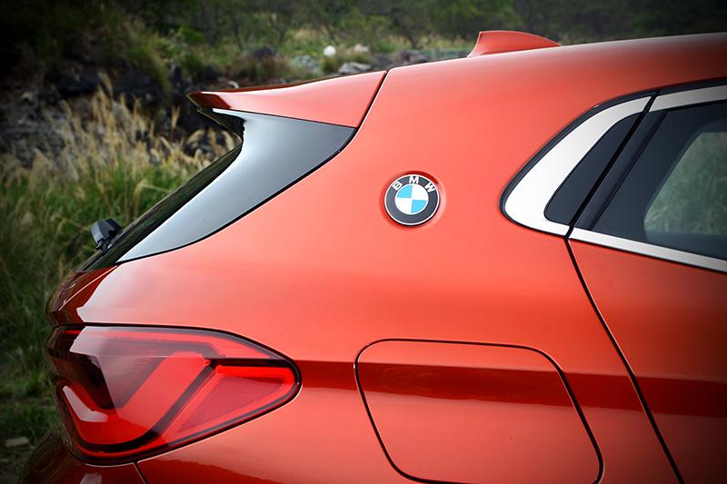 鑲於C柱上的BMW Logo向經典的BMW E9致敬。