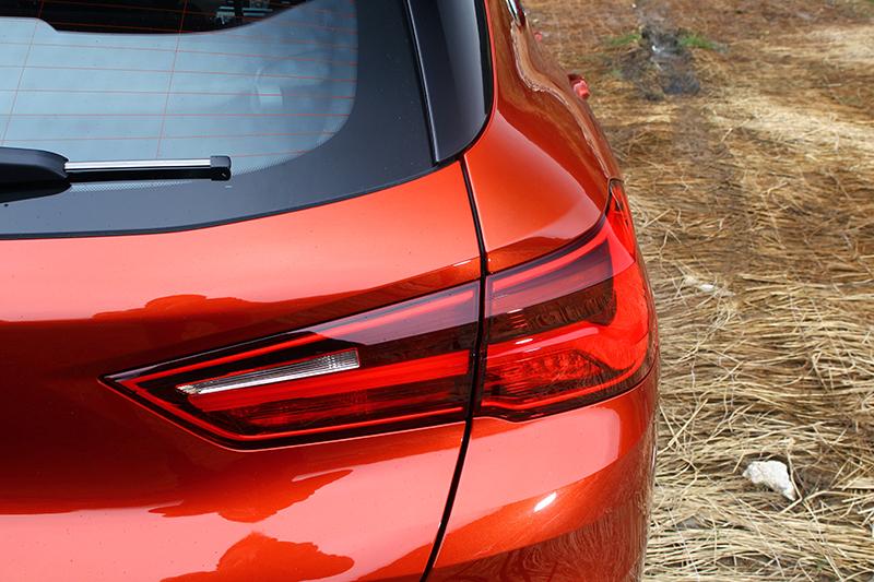 尾燈保留概念車輪廓,但內容則更加實際。