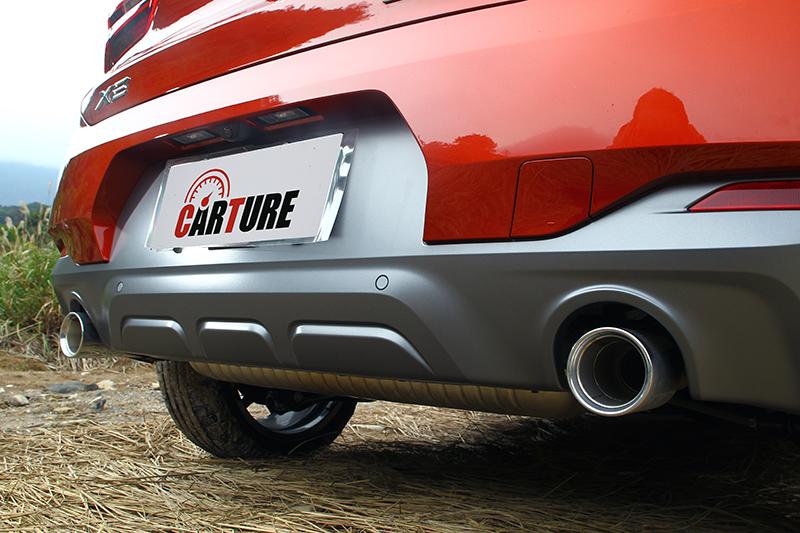 後保桿下方宛如加農砲般的尾飾管,也與概念車相呼應。