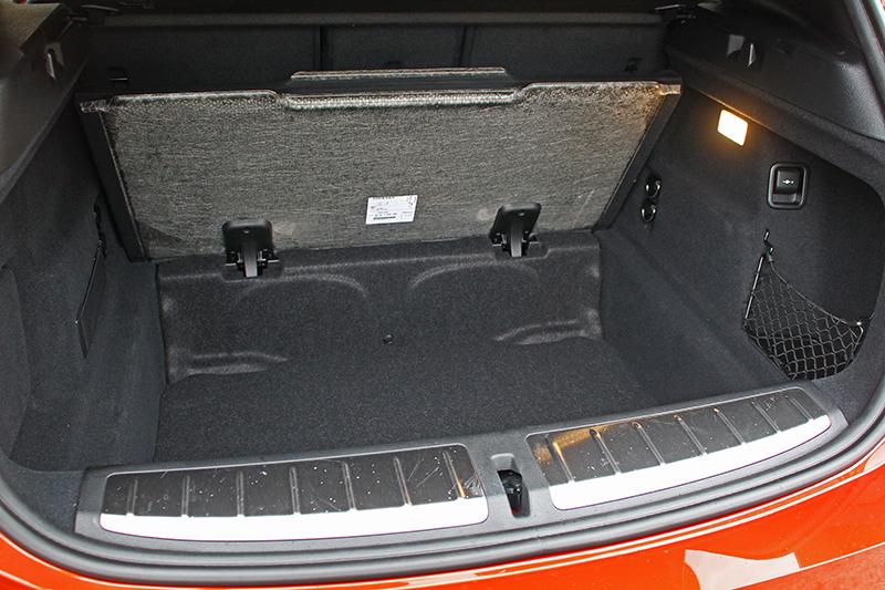其實行李廂共計470升容積,蓋板下方還保有寬大的置物空間。