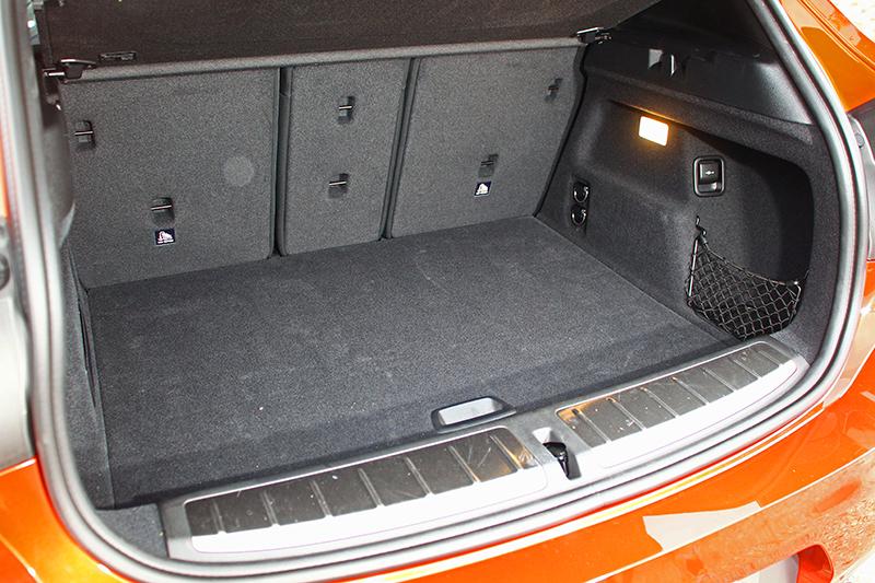 行李廂乍看空間不大,其實蓋板下方另有玄機