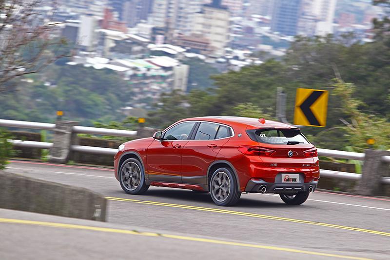 比起印象中的小型SUV,X2的動態反應似乎更接近如同Volkswagen Scirocco之類的跨界跑車,不僅更容易預期車頭或車尾的滑移,同時也利於獲得更稱心如意的循跡路線。