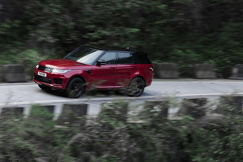 光是上天梯前的狹小山路與高達99個彎道,對於尺碼龐大的Range Rover Sport P400e就已是一大挑戰。